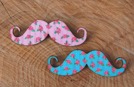Mustache Damenbart Rosen Anstecker Brosche PauleWackeldackel