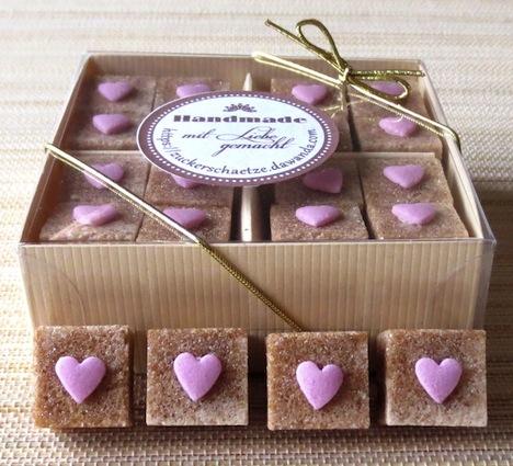 Zuckerschaetze dekorierter Wuerfelzucker Herzen rosa