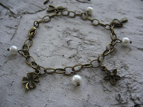 Bettelarmband mit Charms und Perlen 1