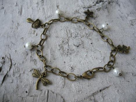 Bettelarmband mit Charms und Perlen 2