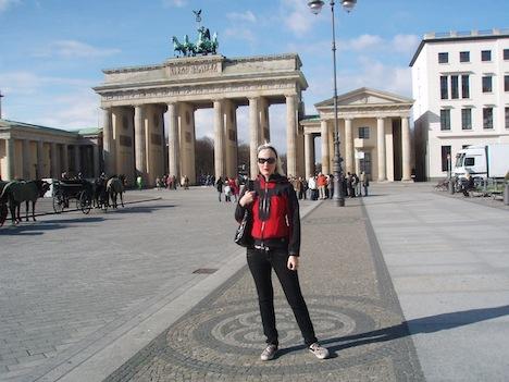 Lexy Hell an ihrem ersten Tag in Berlin im April 2008 vor dem Brandenburger Tor.