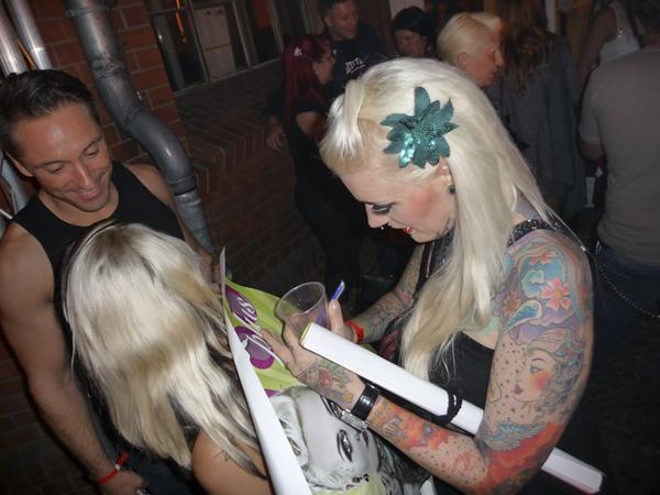 Lexy Hell gibt ihr erstes Autogramm anlässlich der Veröffentlichung ihres ersten Magazincovers im Jahr 2009 bei einer Tattoo Convention.