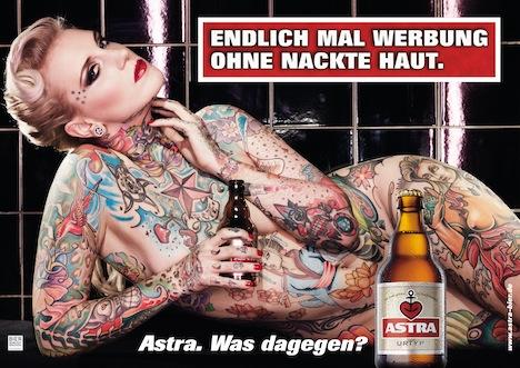 Lexy Hell macht Werbung für das Bier Astra und zeigt dabei viel tätowierte Haut.