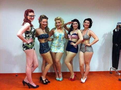 Pinup Model Fräulein Pünktchen und die anderen vier Teilnehmerinnen des DYNAMITE-Pin-up-Contest 2014 posen backstage  beim Walldorf Weekender für schöne Erinnerungsfotos im Bikini / Badeanzug.