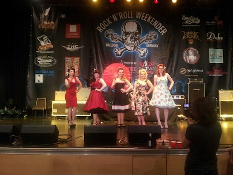 Die fünf Finalistinnen beim DYNAMITE-Pin-up-Contest 2014 präsentieren sich meinsam in ihren Kleidern auf der Bühne.