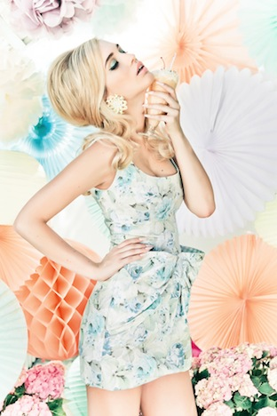 Flower Power fuer Pinup Girls Pinup-Fashion-Magazin Lena Hoschek Kissing Dress short pastel blue