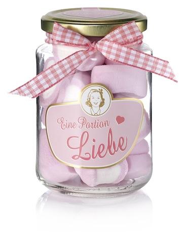 Eine Portin Liebe ist ein süßes Geschenk für Candy Fans. Ein kleines Schraubglas, dessen Inhalt aus rosa weißen Schaumzucker Herzen besteht. Super lecker und hübsch anzusehen.