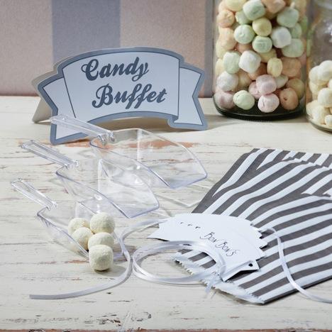 Das Candy Buffet Set von Vintage Lace enthält die notwendigen Materialien für eine Candy Bar wie verschieden große Schaufeln für die Süßigkeiten, Candy Bags zum Befüllen, Etiketten zum Beschriften der Gläser und ein dekoratives Candy Buffet Schild.