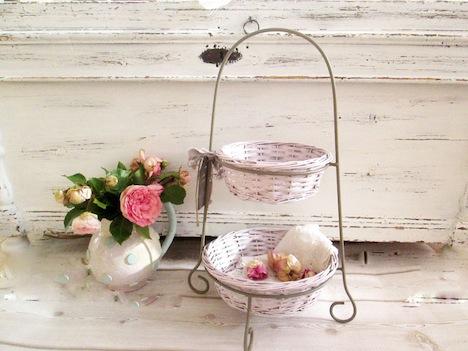 Haus- und Hofgestaltung Shabby Etagere rosa Koerbchen
