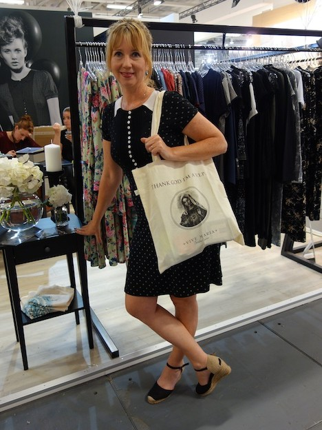 Vive Maria Designerin Simone Franze mit Goodie Bag Panorama Fashion Fair Berlin Fashion Week Juli 2015 1 Kopie