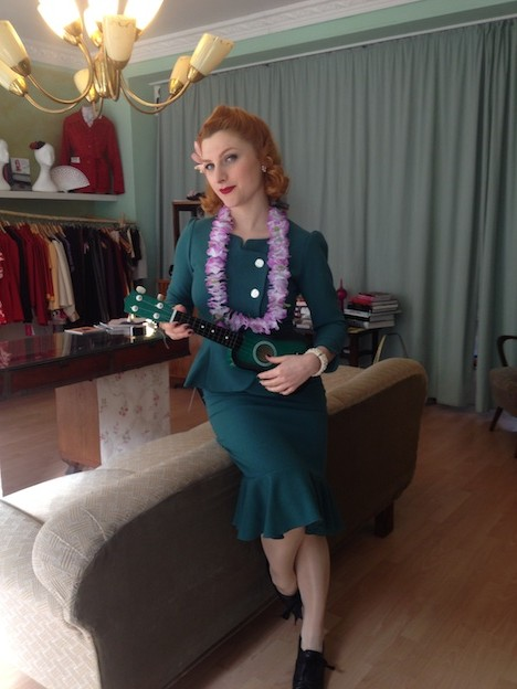 Style of the Week Pinup-Fashion-Magazin Frozen Hibiscus Designerin Claudia Urbanek im eigenen Atelier Kollektion Honolulu Baby