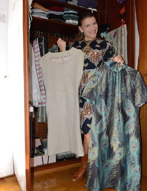 Style of the Week Tanja zur Muehlen Onlineshop wunder-same-vintage Portraet vor Kleiderschrank klein