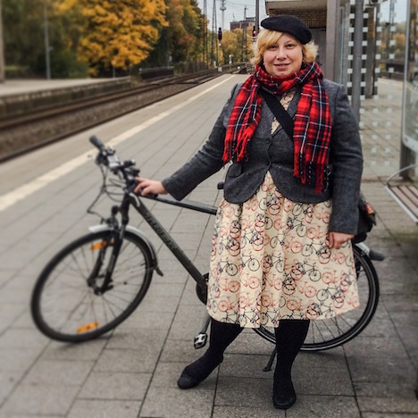 Style of the Week Pinup-Fashion-Magazin misskittenheel fullbody bike pic dress lindybop jackett boden